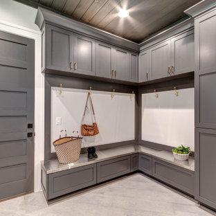 Ispirazione per un'ampia lavanderia multiuso american style con lavello da incasso, ante in stile shaker, ante grigie, top in laminato, pareti grigie, pavimento in gres porcellanato, lavatrice e asciugatrice affiancate, pavimento grigio, top bianco e soffitto in legno