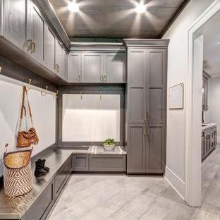 Bild på ett mycket stort amerikanskt vit parallellt vitt grovkök, med en nedsänkt diskho, skåp i shakerstil, grå skåp, laminatbänkskiva, grå väggar, klinkergolv i porslin, en tvättmaskin och torktumlare bredvid varandra och grått golv