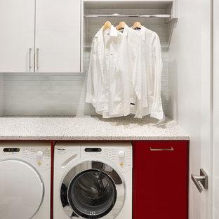 Ispirazione per una piccola lavanderia minimalista con ante lisce, ante rosse, top in quarzo composito, pareti bianche, pavimento in gres porcellanato e lavatrice e asciugatrice affiancate