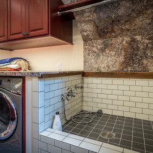 Bild på ett mycket stort rustikt grovkök, med luckor med upphöjd panel, röda skåp, laminatbänkskiva, beige väggar, klinkergolv i keramik och en tvättmaskin och torktumlare bredvid varandra