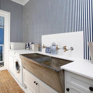 Idéer för små lantliga linjära vitt tvättstugor enbart för tvätt, med en rustik diskho, skåp i shakerstil, vita skåp, flerfärgade väggar, klinkergolv i keramik, en tvättmaskin och torktumlare bredvid varandra och vitt golv