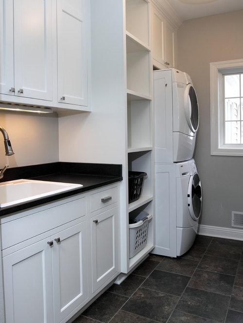 imagen de cuarto de lavado lineal clsico de tamao medio con pila para