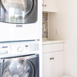 Ispirazione per una sala lavanderia costiera di medie dimensioni con lavello sottopiano, ante in stile shaker, ante bianche, top in quarzo composito, pavimento in legno massello medio, lavasciuga, top bianco e pareti bianche