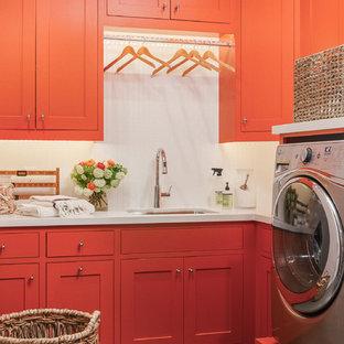サンフランシスコの中くらいのカントリー風おしゃれな家事室 (アンダーカウンターシンク、クオーツストーンカウンター、白い壁、スレートの床、左右配置の洗濯機・乾燥機、L型、シェーカースタイル扉のキャビネット、赤いキャビネット) の写真