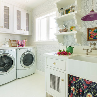 Imagen de cuarto de lavado en L, ecléctico, de tamaño medio, con fregadero sobremueble, armarios estilo shaker, puertas de armario blancas, encimera de cuarzo compacto, paredes azules, suelo de madera pintada, lavadora y secadora juntas, suelo blanco y encimeras beige