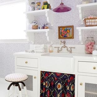 Foto på en vintage vita tvättstuga enbart för tvätt, med en rustik diskho, skåp i shakerstil, vita skåp, bänkskiva i kvarts, lila väggar och målat trägolv