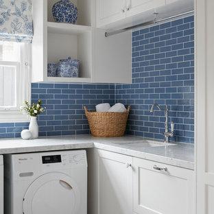 Idéer för att renovera ett litet vintage vit l-format vitt grovkök med garderob, med en nedsänkt diskho, luckor med profilerade fronter, vita skåp, marmorbänkskiva, blå väggar, klinkergolv i keramik och flerfärgat golv