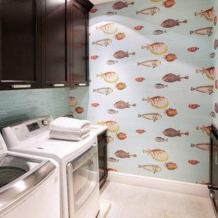 Inspiration för en mellanstor vintage linjär tvättstuga enbart för tvätt, med en undermonterad diskho, skåp i shakerstil, skåp i mörkt trä, bänkskiva i kalksten, blå väggar, travertin golv och en tvättmaskin och torktumlare bredvid varandra