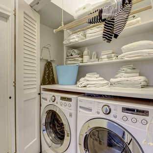 Idéer för en liten liten tvättstuga, med bänkskiva i kvarts, vita väggar, klinkergolv i keramik och en tvättmaskin och torktumlare bredvid varandra