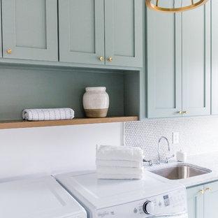 Foto di una sala lavanderia american style di medie dimensioni con lavello da incasso, ante in stile shaker, ante verdi, top in marmo, pareti bianche, pavimento in cemento e lavatrice e asciugatrice affiancate