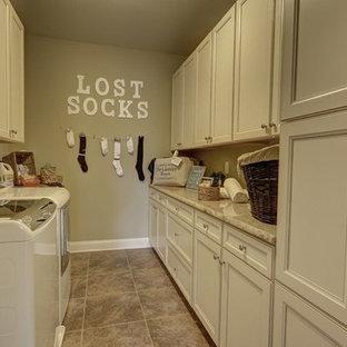 Immagine di una lavanderia multiuso chic di medie dimensioni con lavello a vasca singola, ante con bugna sagomata, ante beige, top in granito, pareti beige, pavimento con piastrelle in ceramica e lavatrice e asciugatrice affiancate
