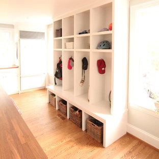 Idéer för stora vintage l-formade grovkök, med en nedsänkt diskho, luckor med upphöjd panel, vita skåp, träbänkskiva, grå väggar, mellanmörkt trägolv, en tvättmaskin och torktumlare bredvid varandra och brunt golv