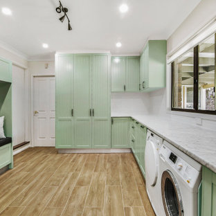 Idee per una lavanderia multiuso tradizionale con ante in stile shaker, ante verdi, top in laminato, pareti grigie, pavimento in gres porcellanato, lavatrice e asciugatrice affiancate, pavimento marrone e lavello da incasso