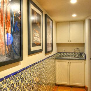 Ispirazione per una lavanderia tradizionale con ante in stile shaker, ante bianche e pavimento in terracotta