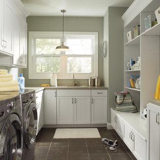 Esempio di una lavanderia chic con ante bianche e pavimento grigio
