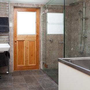 Ispirazione per una piccola lavanderia multiuso vittoriana con lavello a vasca singola e lavatrice e asciugatrice a colonna