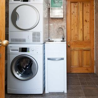 Idee per una lavanderia multiuso vittoriana di medie dimensioni con lavello a vasca singola, pareti multicolore, pavimento in marmo e lavatrice e asciugatrice a colonna