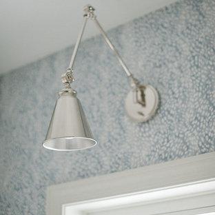 Idee per una sala lavanderia moderna con lavello da incasso, ante in stile shaker, ante bianche, top in superficie solida, pareti bianche e top bianco