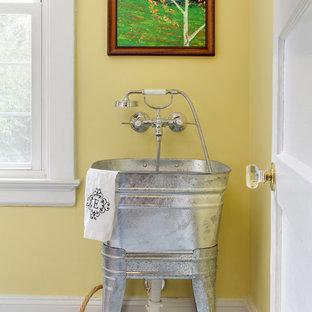 Bild på en vintage tvättstuga, med en allbänk och gula väggar