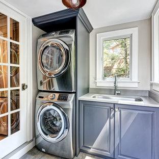 Idéer för att renovera ett litet vintage vit linjärt vitt grovkök, med en undermonterad diskho, luckor med upphöjd panel, grå skåp, bänkskiva i kvarts, grå väggar, klinkergolv i porslin, en tvättpelare och grått golv
