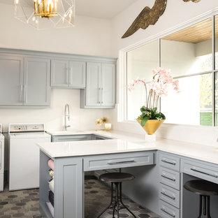 Неиссякаемый источник вдохновения для домашнего уюта: отдельная, п-образная прачечная в современном стиле с врезной раковиной, фасадами в стиле шейкер, серыми фасадами, белыми стенами, со стиральной и сушильной машиной рядом, разноцветным полом и белой столешницей