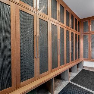Foto på ett stort funkis l-format grovkök, med en undermonterad diskho, skåp i shakerstil, skåp i mellenmörkt trä, vita väggar, marmorgolv, en tvättpelare och grått golv