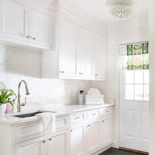 Ispirazione per una sala lavanderia classica di medie dimensioni con ante bianche, top in quarzo composito, paraspruzzi con piastrelle a mosaico, pareti bianche, pavimento con piastrelle in ceramica e top bianco