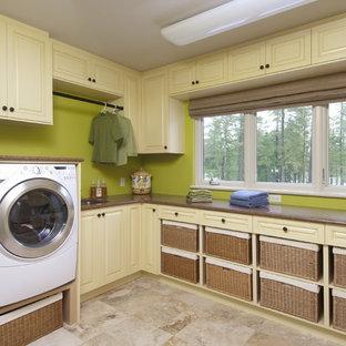 Пример оригинального дизайна: прачечная в классическом стиле с зелеными стенами