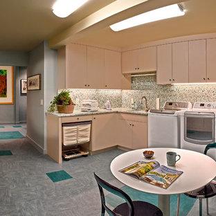 Пример оригинального дизайна: большая угловая универсальная комната в современном стиле с врезной раковиной, плоскими фасадами, бежевыми фасадами, столешницей из переработанного стекла, полом из линолеума, со стиральной и сушильной машиной рядом и серыми стенами