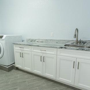 Esempio di una sala lavanderia di medie dimensioni con ante in stile shaker, ante bianche, top in granito e lavatrice e asciugatrice affiancate