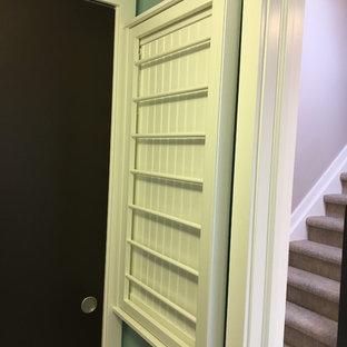 Ispirazione per una piccola sala lavanderia contemporanea con ante con riquadro incassato, ante bianche, pareti blu, pavimento con piastrelle in ceramica, lavatrice e asciugatrice affiancate e pavimento beige