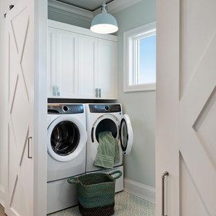 Ispirazione per una sala lavanderia classica con ante con riquadro incassato, ante bianche, pareti grigie, lavatrice e asciugatrice affiancate e pavimento blu