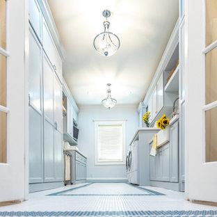 Foto di una lavanderia minimal con lavello stile country, ante in stile shaker, ante blu, top in quarzite, paraspruzzi multicolore, paraspruzzi in marmo, pareti blu, pavimento in gres porcellanato, pavimento bianco e top bianco