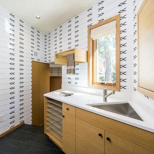 Inspiration för en mellanstor funkis tvättstuga, med släta luckor, skåp i mellenmörkt trä, bänkskiva i kvarts, klinkergolv i keramik, en undermonterad diskho och flerfärgade väggar
