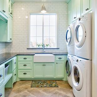 Esempio di una sala lavanderia country con lavello stile country, ante in stile shaker, ante verdi, top in granito, pareti bianche, pavimento con piastrelle in ceramica, lavatrice e asciugatrice a colonna e pavimento grigio