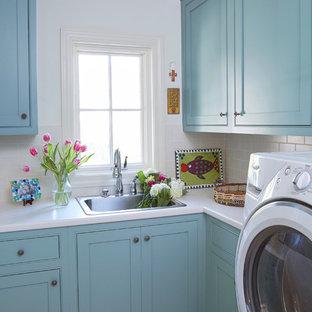 Immagine di una lavanderia design con lavello da incasso, ante in stile shaker, ante blu, pavimento con piastrelle in ceramica, lavatrice e asciugatrice affiancate e top bianco