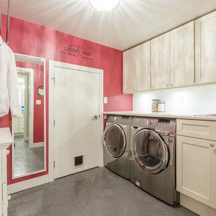 Ispirazione per una sala lavanderia contemporanea di medie dimensioni con lavello da incasso, ante in stile shaker, ante bianche, top in laminato, pareti rosa, pavimento in cemento e lavatrice e asciugatrice affiancate