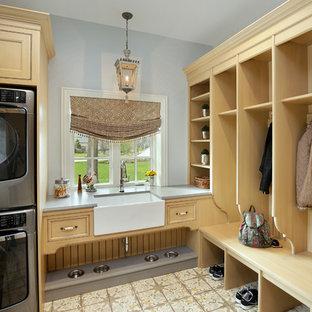 Idéer för att renovera ett stort vintage grå grått grovkök, med en rustik diskho, luckor med profilerade fronter, beige skåp, grå väggar, en tvättpelare och flerfärgat golv