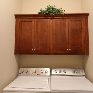 Ispirazione per un piccolo ripostiglio-lavanderia chic con ante con riquadro incassato, top in quarzo composito, paraspruzzi multicolore, lavello da incasso, ante in legno bruno, pareti beige, pavimento in linoleum e lavatrice e asciugatrice affiancate