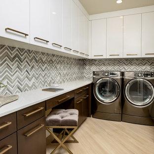 Idéer för ett mellanstort modernt vit u-format grovkök, med en undermonterad diskho, släta luckor, marmorbänkskiva, grå väggar, en tvättmaskin och torktumlare bredvid varandra och beiget golv