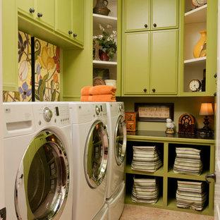 Esempio di una lavanderia eclettica con ante verdi e pavimento beige