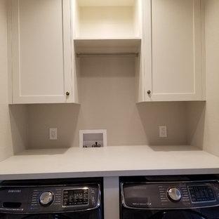 Idee per un piccolo ripostiglio-lavanderia minimalista con ante in stile shaker, ante bianche, top in superficie solida, pareti beige, pavimento in legno massello medio, lavatrice e asciugatrice affiancate, pavimento marrone e top bianco