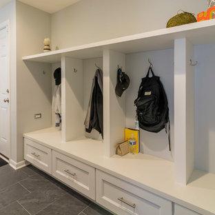 Idéer för mellanstora vintage parallella grovkök, med en undermonterad diskho, släta luckor, vita skåp, bänkskiva i kvarts, beige stänkskydd, stänkskydd i glaskakel, mellanmörkt trägolv och grå väggar