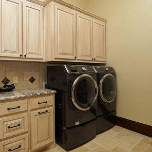 Idéer för stora medelhavsstil u-formade grovkök, med luckor med upphöjd panel, granitbänkskiva, beige väggar, klinkergolv i keramik, en tvättmaskin och torktumlare bredvid varandra och skåp i ljust trä
