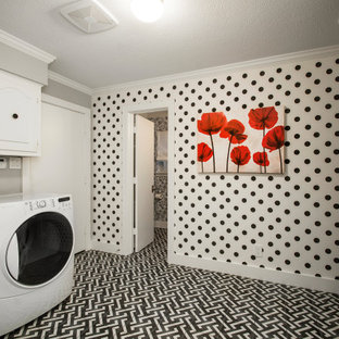 Bild på en mellanstor vintage l-formad tvättstuga enbart för tvätt, med luckor med upphöjd panel, vita skåp, mörkt trägolv, en tvättmaskin och torktumlare bredvid varandra och flerfärgat golv