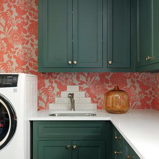 Inspiration för en liten maritim vita l-formad vitt tvättstuga enbart för tvätt, med gröna skåp, bänkskiva i kvartsit, flerfärgade väggar, en undermonterad diskho och skåp i shakerstil