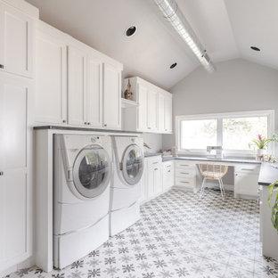 Idee per una lavanderia stile marino di medie dimensioni con lavello stile country, ante in stile shaker, ante blu, top in saponaria, paraspruzzi in marmo, pavimento in legno massello medio e top grigio