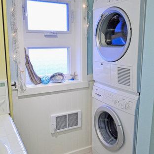Inspiration för ett litet maritimt parallellt grovkök, med kaklad bänkskiva, blå väggar, vinylgolv och en tvättpelare