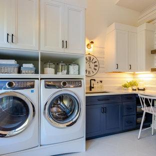 Foto på ett stort funkis vit l-format grovkök med garderob, med en undermonterad diskho, skåp i shakerstil, blå skåp, bänkskiva i kvarts, vita väggar, klinkergolv i porslin och vitt golv