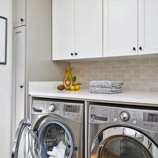 Ispirazione per una lavanderia tradizionale con ante in stile shaker, ante bianche, top in quarzo composito, lavatrice e asciugatrice affiancate, top bianco, pavimento in legno massello medio e pavimento marrone